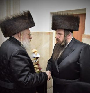 יחיאל טווערסקי (מימין) ואביו האדמו
